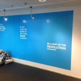 Toimiston pintaremontti sloganit seinällä SPB Group Helsinki Oy