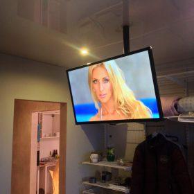 Katto-TV olohuoneessa