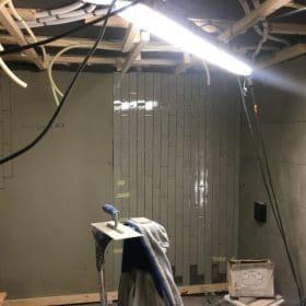 Pystysuora metrolaatta kylpyhuoneessa SPB Group Helsinki Oy