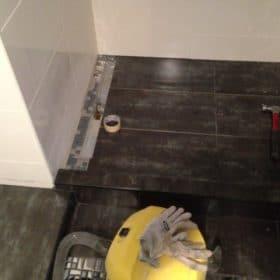 Lattian tehostelaattojen asennusta kylpyhuoneeseen SPB Group Helsinki Oy