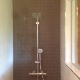 Valkoinen kylpyhuone suihkun tehosteseinä SPB Group Helsinki Oy